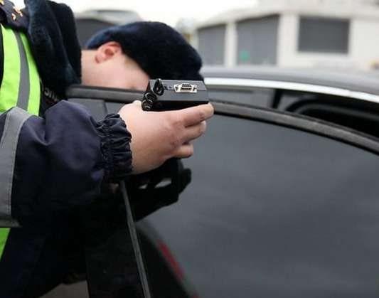 Фото проверки светопропускаемости стекол инспектором